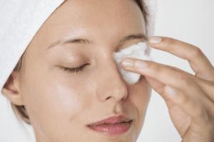 پاک کردن ارایش چشم با پنبه
